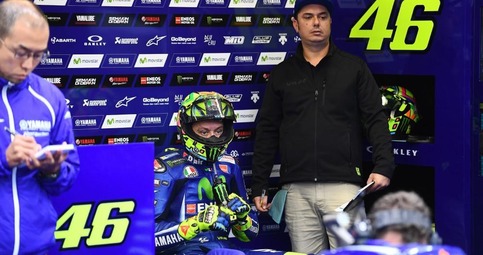 Valentino Rossi con l'amico Alessio Uccio Salucci nel box Yamaha