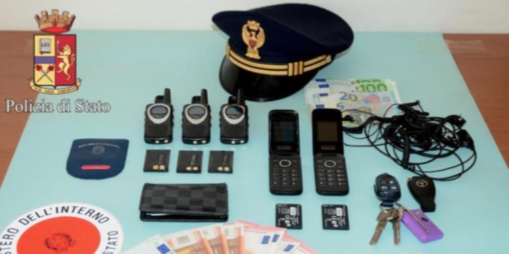 Materiale vario e soldi sequestrati dagli agenti della Polizia di Biella