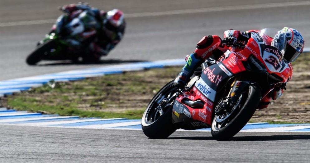 La Ducati di Marco Melandri davanti alla Kawasaki di Jonathan Rea in gara-1