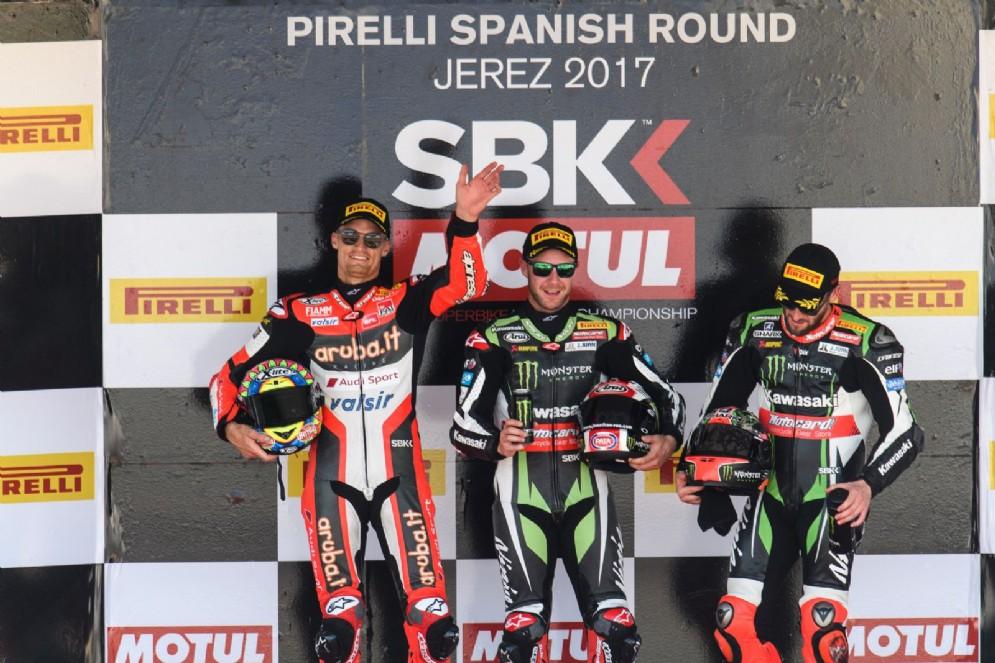 Il podio della prima manche a Jerez: Jonathan Rea, Chaz Davies e Tom Sykes