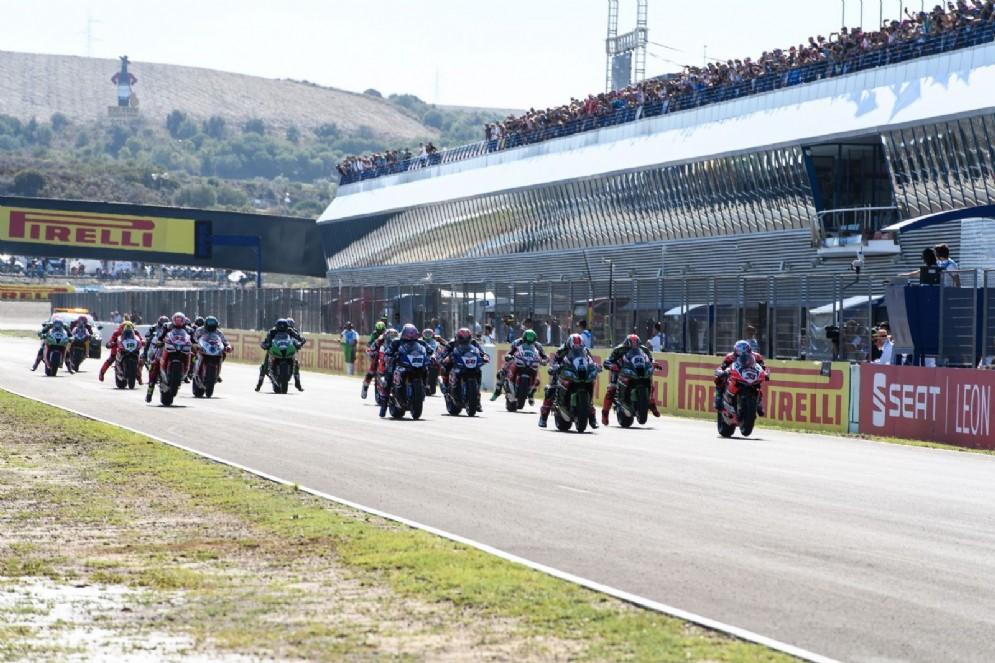 La partenza di gara-1 del Mondiale Superbike a Jerez