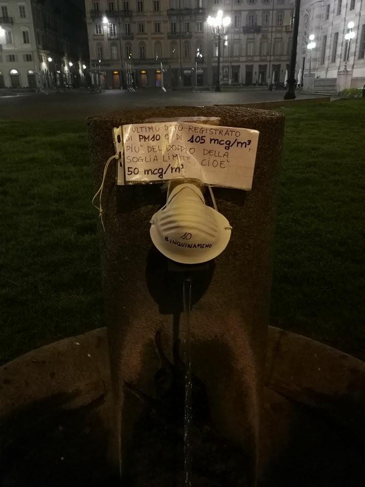 Le fontane coperte della maschere anti smog