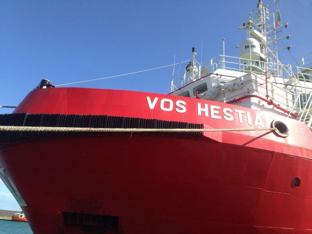 La nave Vos Hestia, l'imbarcazione di Save the Children impegnata nelle operazioni di soccorso ai migranti nel Mediterraneo centrale, perquisita dalla polizia al porto di Catania