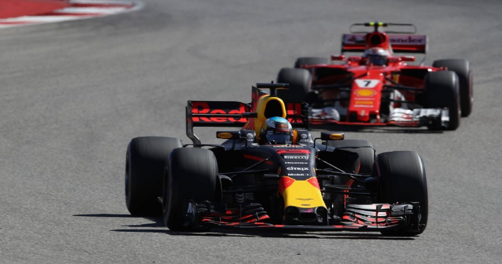 La Red Bull di Max Verstappen dopo il sorpasso alla Ferrari di Kimi Raikkonen