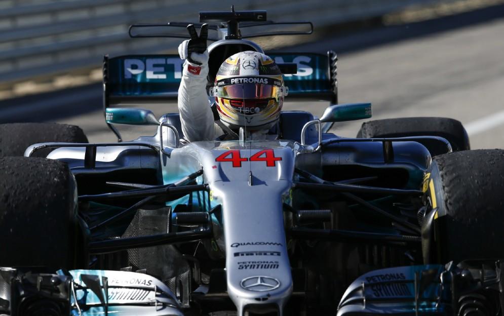 Hamilton a braccia alzate dopo la vittoria nel GP degli USA
