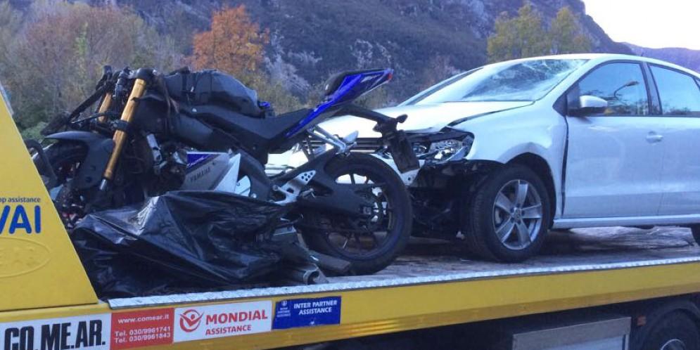 Auto si scontra con una motocicletta: due persone ferite
