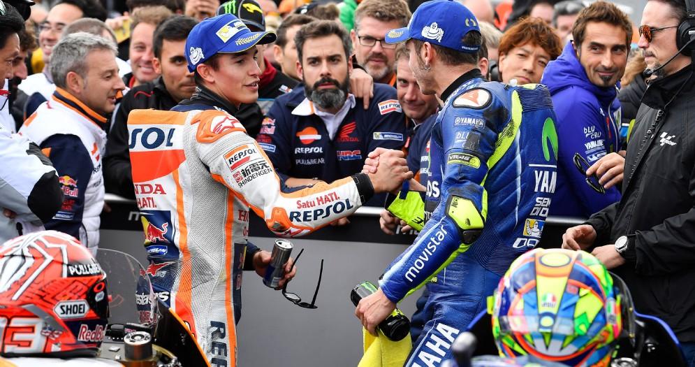 La stretta di mano tra Valentino Rossi e Marc Marquez dopo il GP d'Australia
