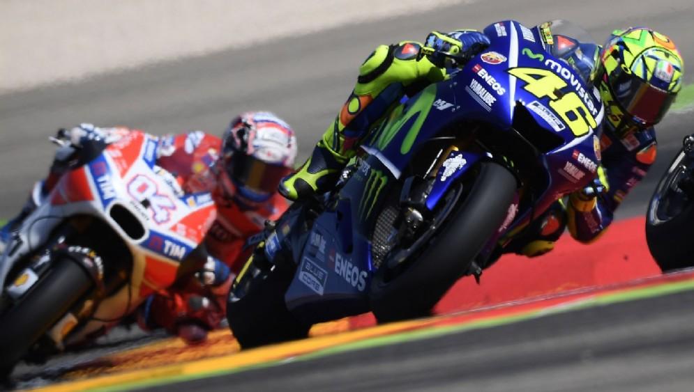 La Yamaha di Valentino Rossi davanti alla Ducati di Andrea Dovizioso