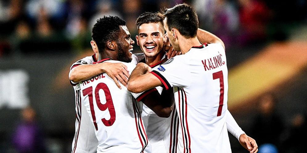 Franck Kessie congratulato dai compagni dopo il 4-1 del Milan col Chievo