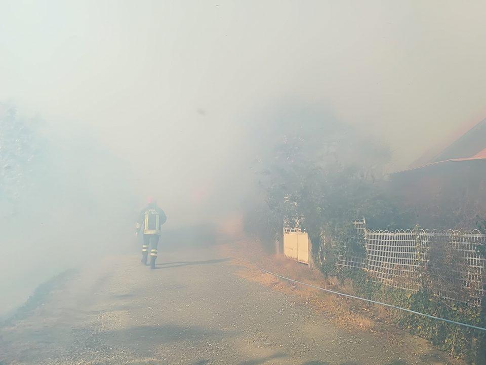 Un vigile del fuoco avvolto nel fumo