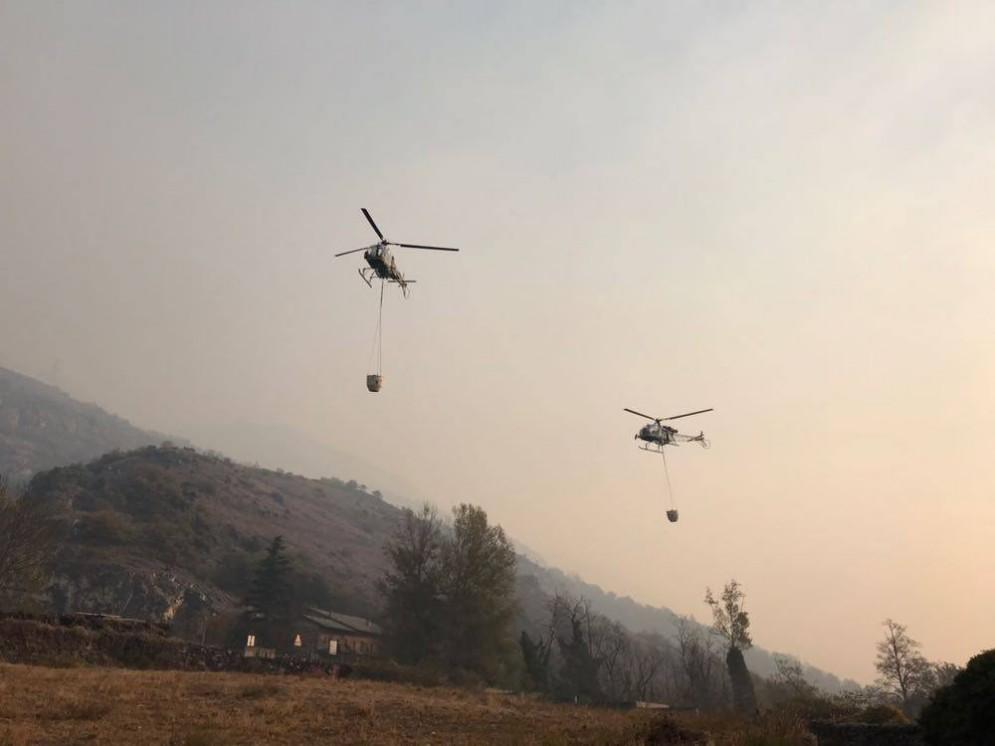 Gli elicotteri trasportano l'acqua