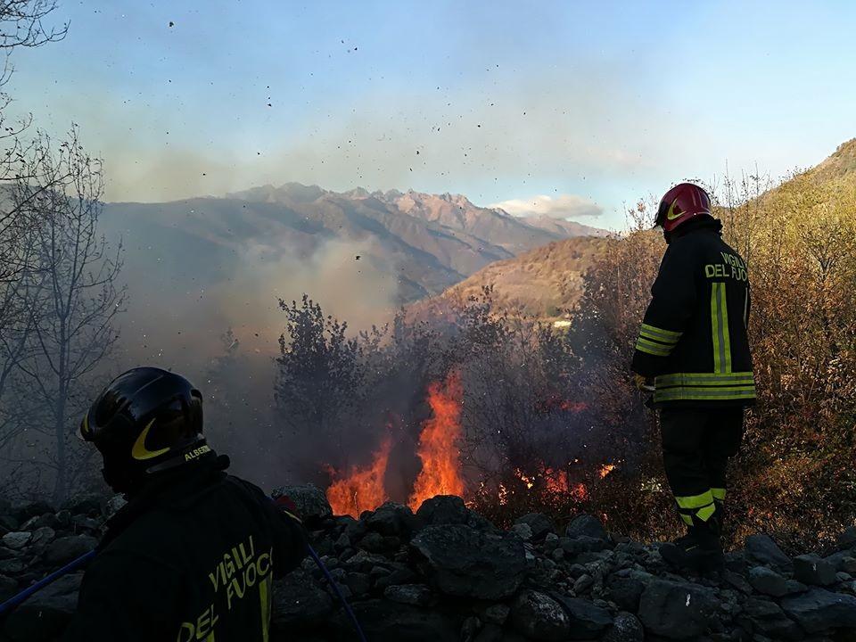 Instancabile il lavoro dei vigili del fuoco