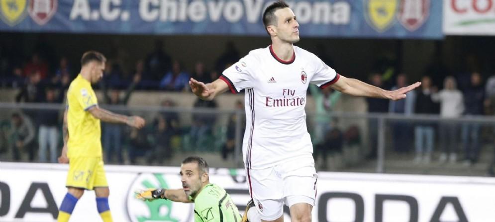 Kalinic esulta dopo il gol segnato al Chievo