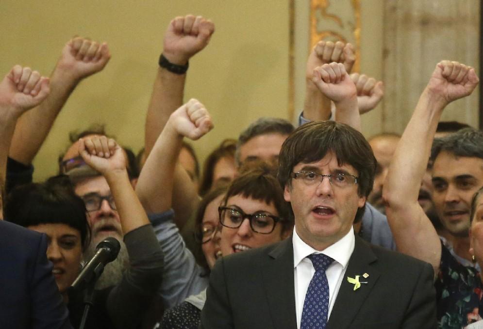 Il presidente catalano Carles Puigdemont durante la proclamazione della Repubblica di Catalogna