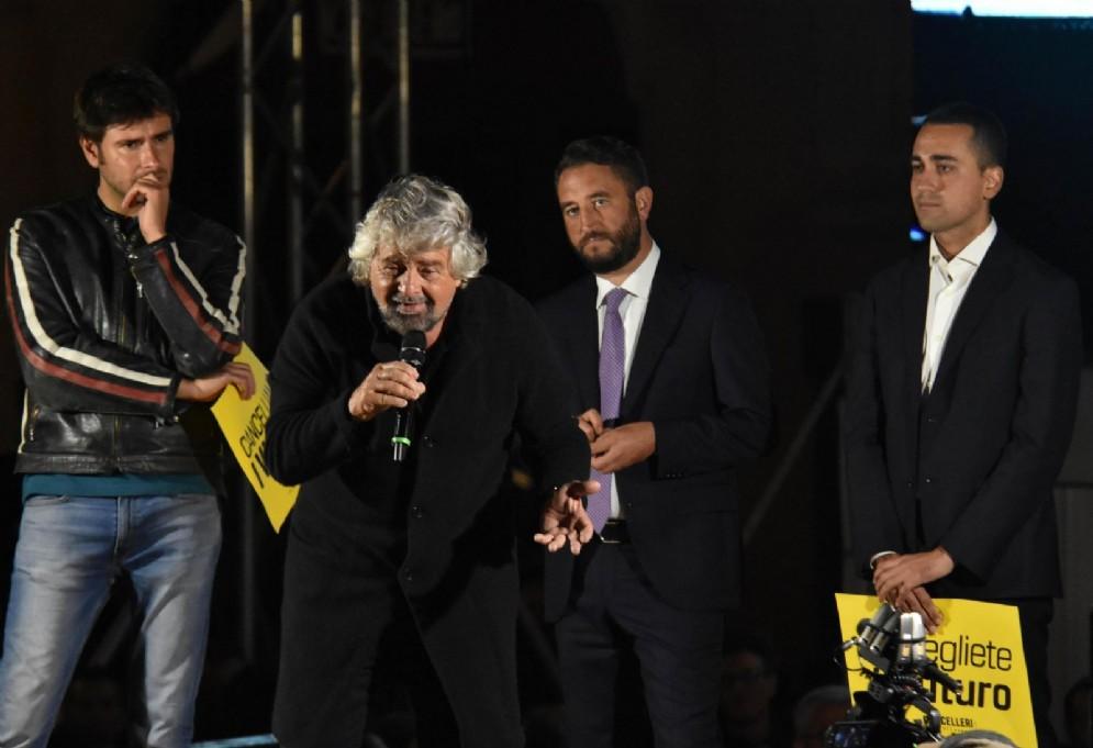 Beppe Grillo con Alessandro Di Battista, Luigi Di Maio e il candidato alle Regionali, Giancarlo Cancelleri, durante il comizio M5S a Catania