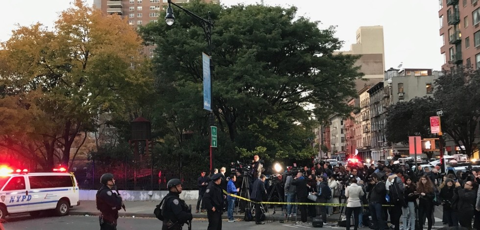 Alle ore 15:15 un auto si è lanciata sulla pista ciclabile che percorre Lower Manhattan