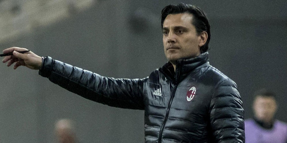 Vincenzo Montella osserva perplesso il suo Milan contro l'Aek