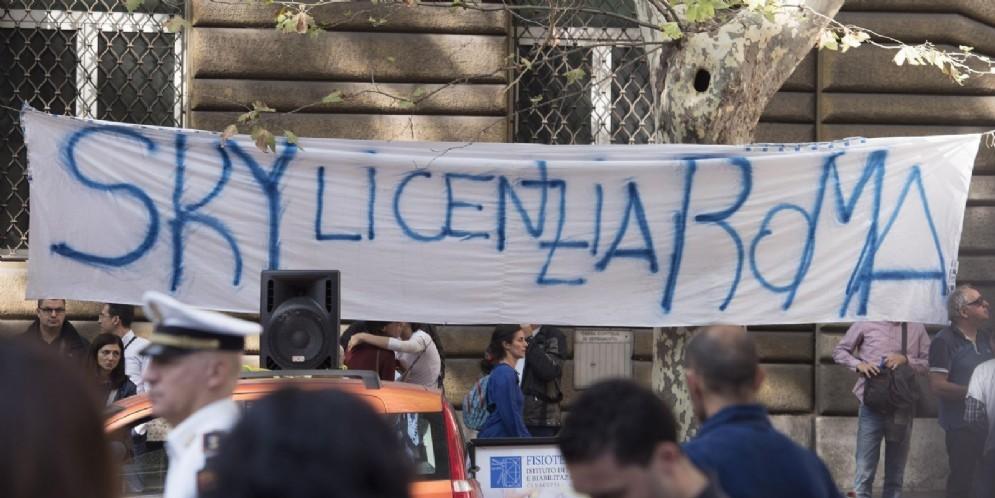 Un momento della manifestazione di un centinaio di lavoratori davanti al ministero dello Sviluppo economico. Dietro lo striscione «Sky licenzia Roma», i lavoratori chiedono a Calenda di incontrarli