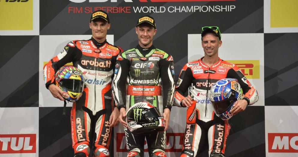 Il podio di gara-1 in Qatar: Jonathan Rea, Chaz Davies e Marco Melanfri