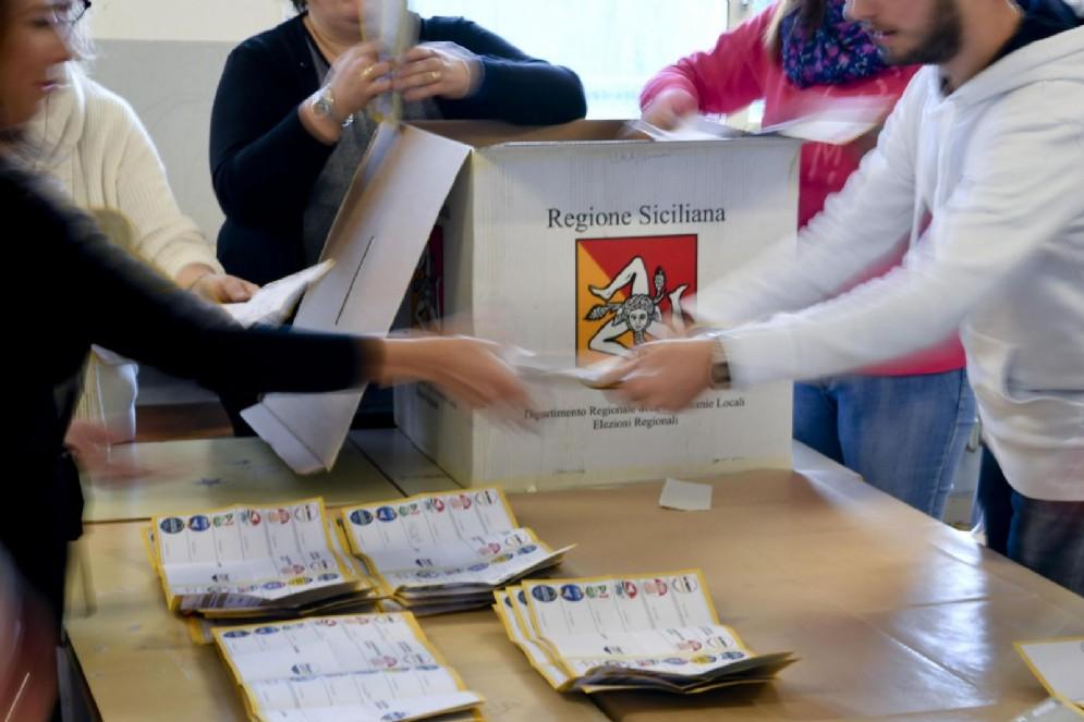 Le operazione di spoglio delle schede per le elezioni regionali in Sicilia, in un seggio di Caltanissetta