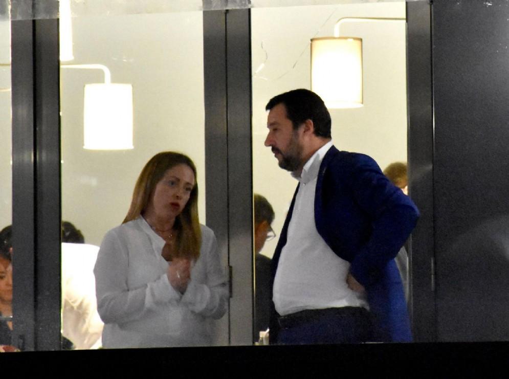 """Giorgia Meloni e Matteo Salvini discutono sul terrazzo della """"Trattoria del Cavaliere"""" durante la cena elettorale tra i tre leader del centrodestra, Catania, 2 novembre 2017"""