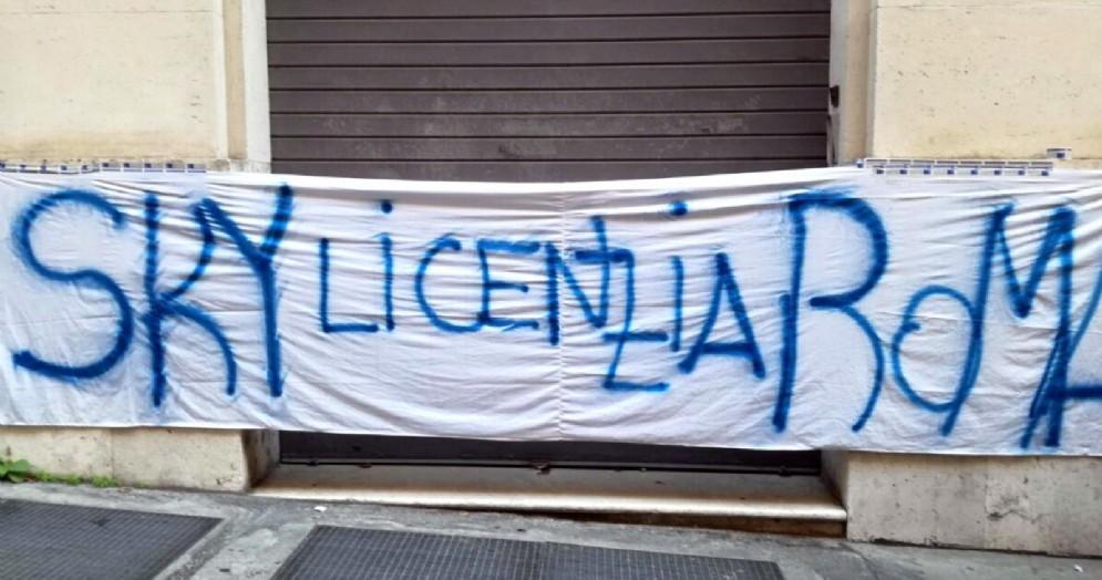 Striscione di protesta dei giornalisti di SKY della sede di Roma