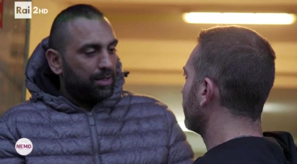 Un fermo immagine del video girato dalla troupe del programma Nemo prima dell'aggressione da parte di Roberto Spada ai danni del fotoreporter Daniele Piervincenzi