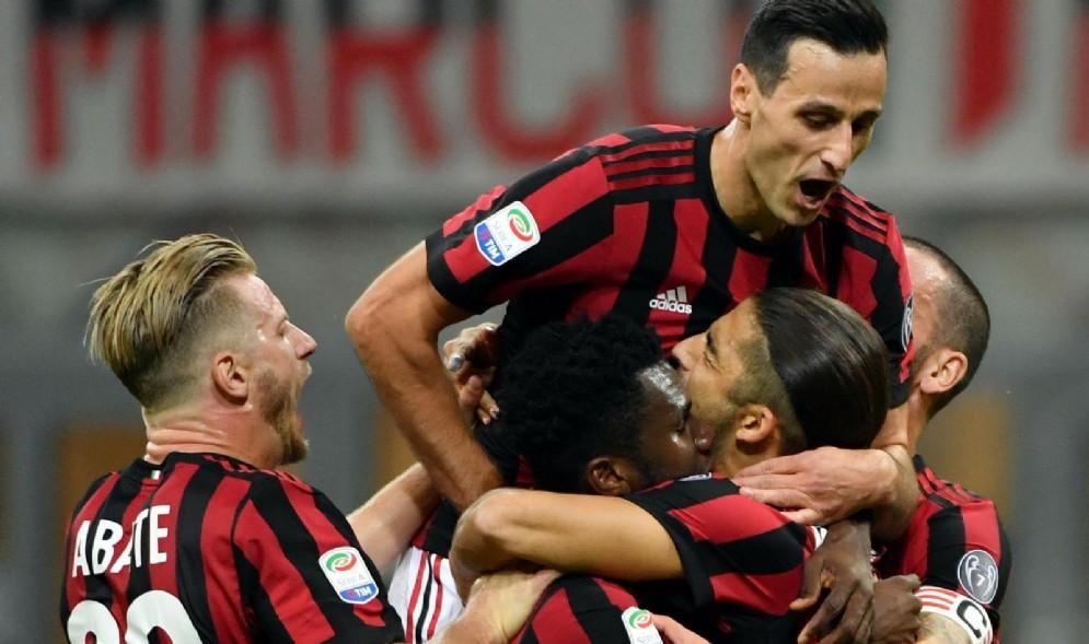 Kalinic e Rodriguez esultano insieme dopo un gol del Milan
