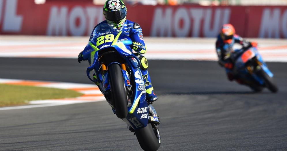 Andrea Iannone impenna la sua Suzuki dopo il miglior tempo nelle prove libere