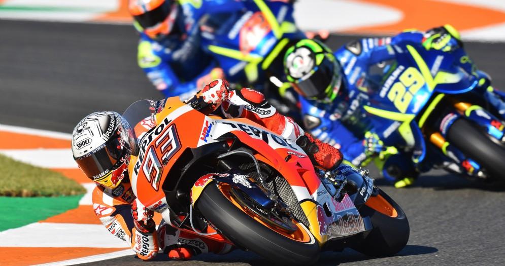 La Honda di Marc Marquez davanti alla Suzuki di Andrea Iannone