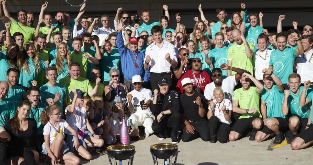 Una foto di gruppo del team Mercedes