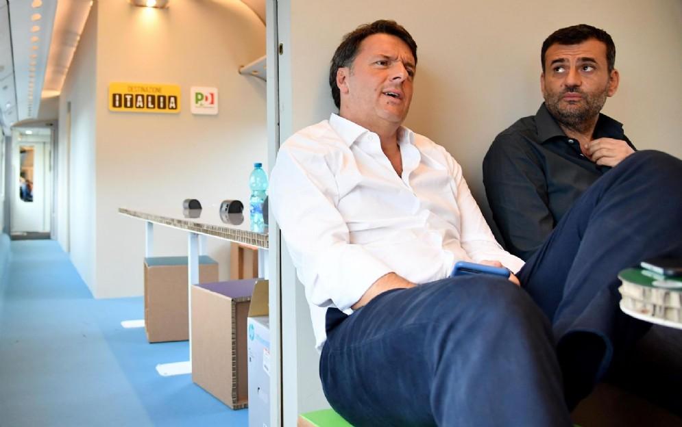 Il segretario del Pd Matteo Renzi con il sindaco di Bari, Antonio Decaro, sul treno ''Destinazione Italia'' in viaggio tra Foggia e Barletta