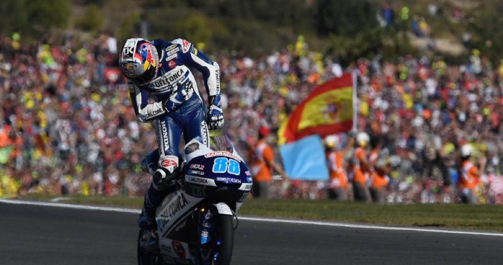 L'inchino di Jorge Martin dopo la vittoria nel GP di Valencia