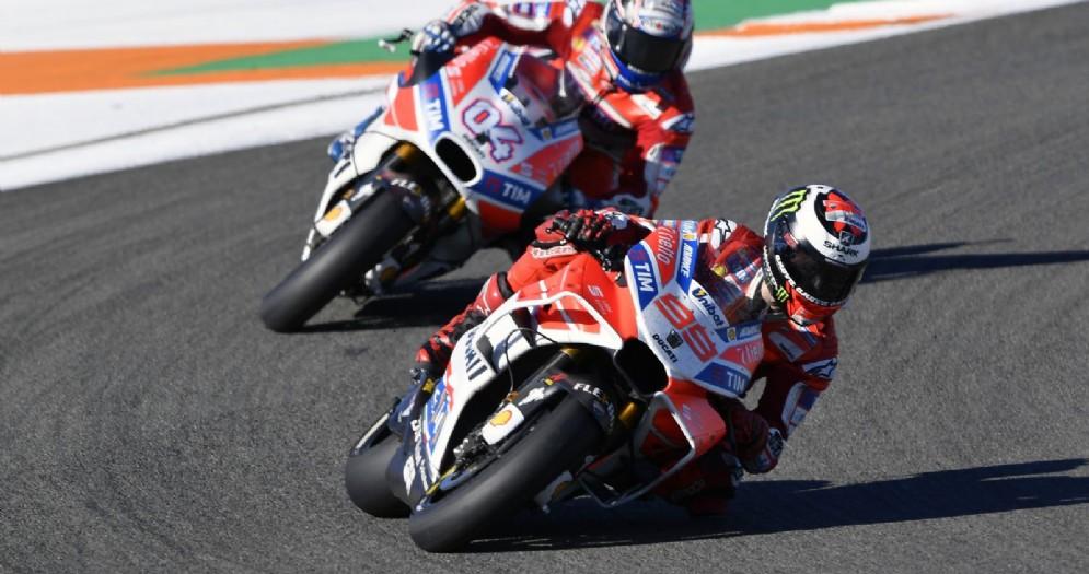 Jorge Lorenzo davanti ad Andrea Dovizioso durante il GP di Valencia
