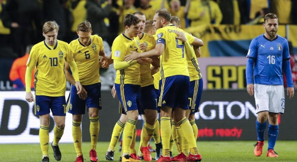 La gioia degli svedesi dopo il gol. Sullo sfondo De Rossi a testa bassa