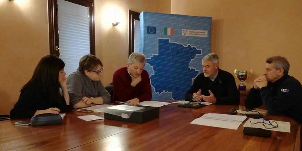 Paolo Panontin e Luciano Sulli (Direttore Protezione Civile FVG) durante l'incontro con i rappresentanti dell'UTI delle Valli e delle Dolomiti Friulane
