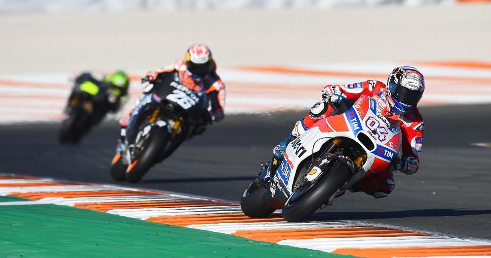 La Ducati di Andrea Dovizioso davanti alla Honda di Dani Pedrosa durante i test di Valencia