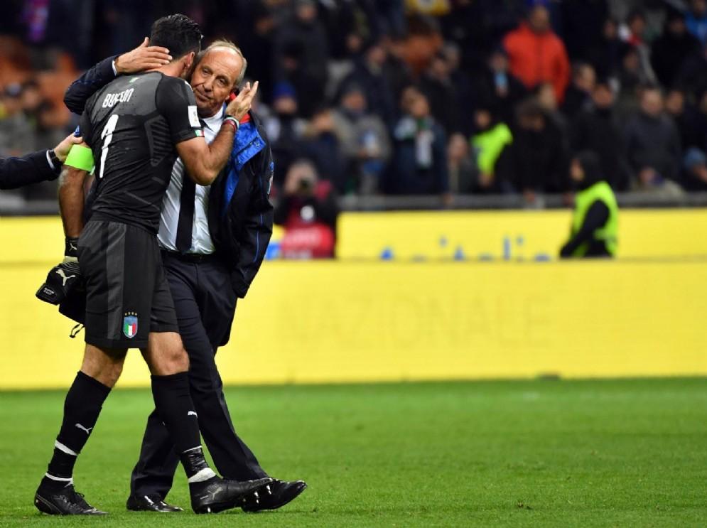 Il portiere della Nazionale italiana Gianluigi Buffon piange tra le braccia del ct Gian Piero Ventura dopo la disfatta contro la Svezia che ha eliminato l'Italia dai Mondiali di Russia 2018