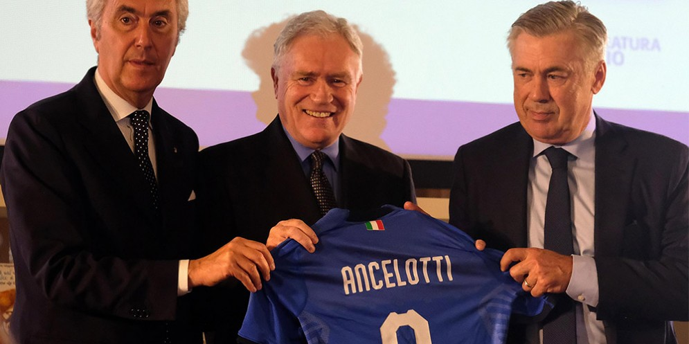 """Carlo Ancelotti posa con la maglia azzurra durante la consegna del premio letteratura del calcio """"Antonio Ghirelli"""""""