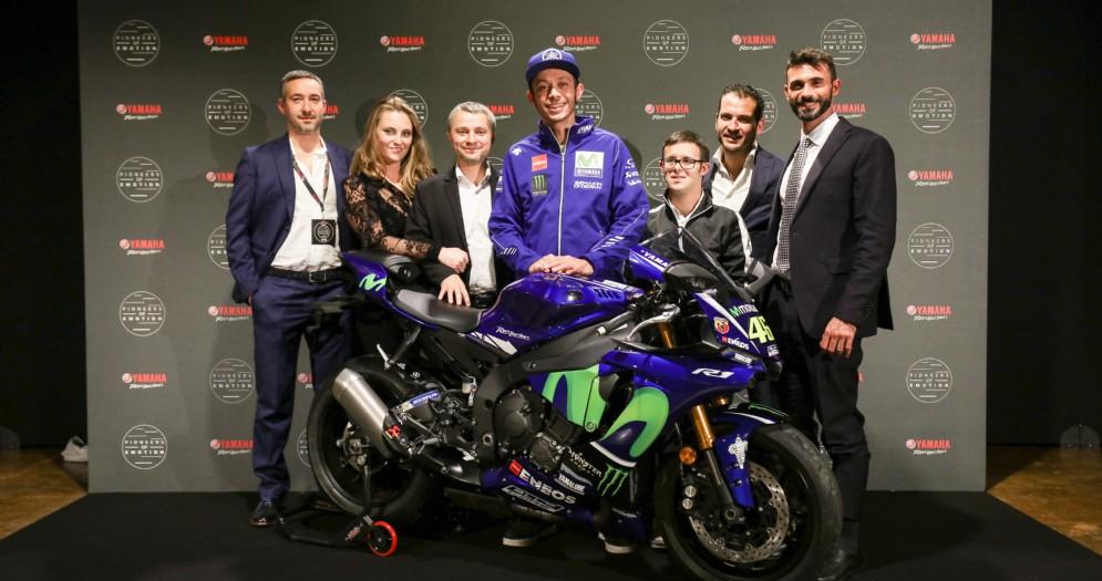 Valentino Rossi e Andrea Colombi consegnano la R1 con la livrea del Dottore al vincitore dell'asta benefica