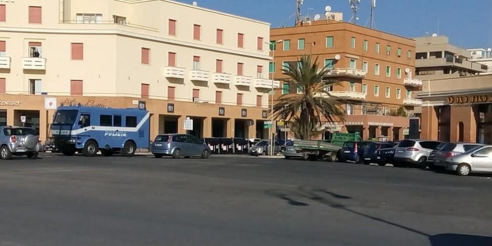 Un blindato della Polizia oggi a Ostia
