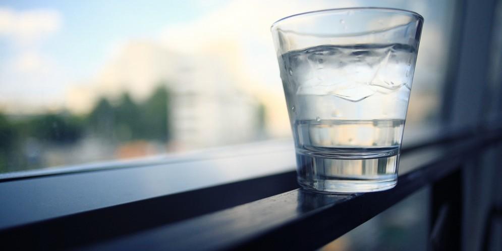 I benefici dell'acqua calda al mattino