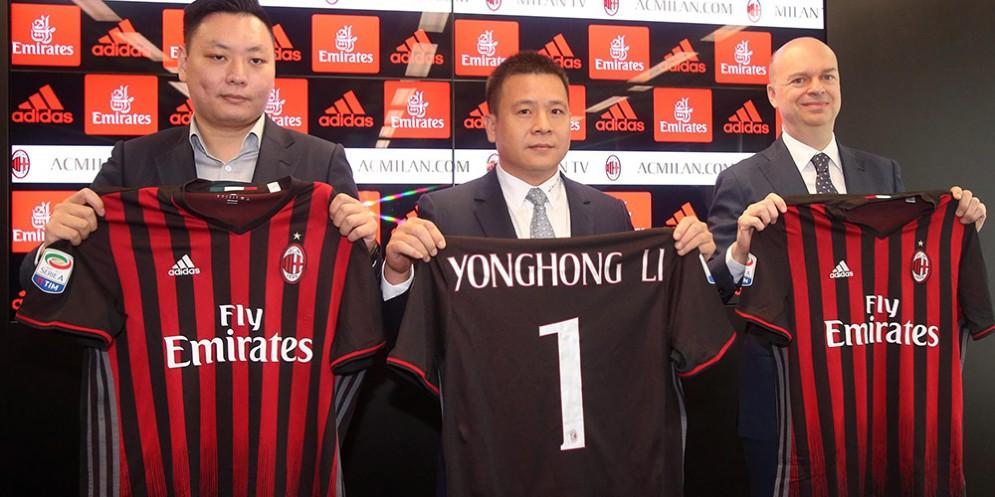 Il proprietario del Milan Yonghong Li accanto a Marco Fassone e Han Li