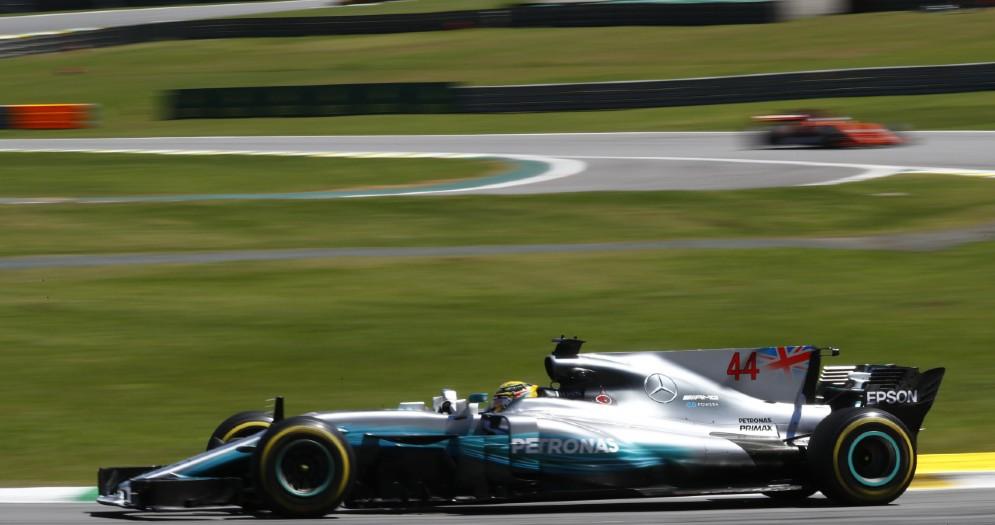 Lewis Hamilton in azione al volante della sua Mercedes