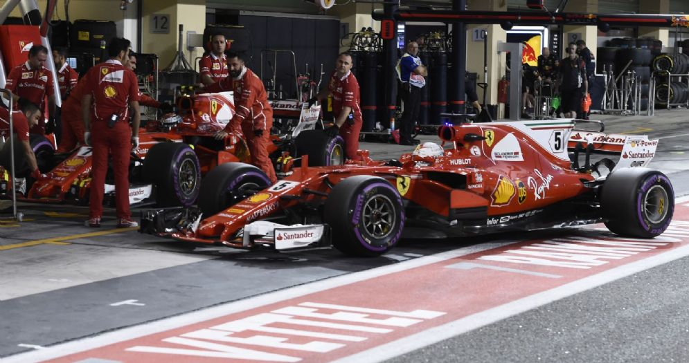 Le due Ferrari di Sebastian Vettel e Kimi Raikkonen ai box di Abu Dhabi