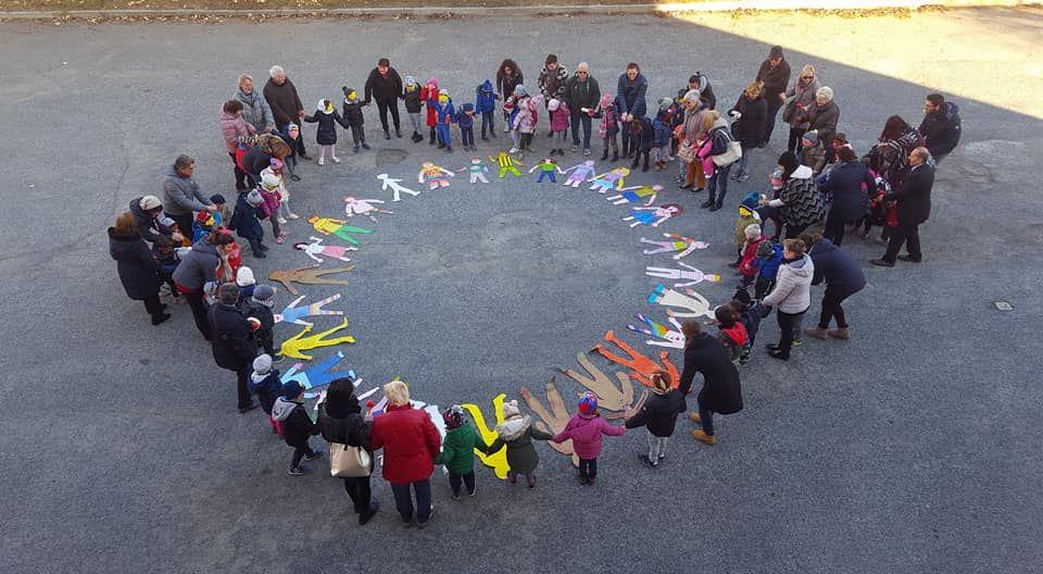 Scuola Margherita, quartiere Mirafiori: il girotondo dei bimbi