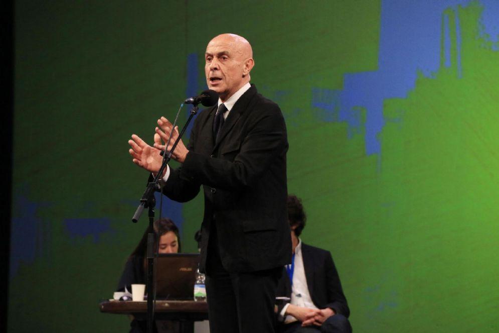 Il ministro dell'Interno Marco Minniti sul palco della Leopolda, Firenze