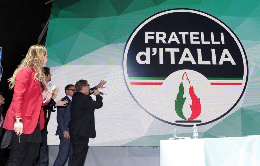Ignazio La Russa presenta il nuovo simbolo dei Fratelli d'Italia vicino alla presidente Giorgia Meloni al congresso nazionale del partito al PalaRubini di Trieste