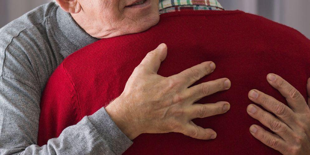 Campoformido: lo abbraccia e gli sfila il portafogli