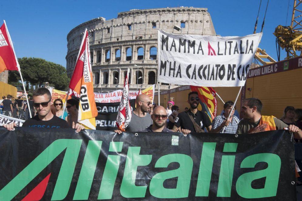Un momento della manifestazione dei dipendenti Alitalia a Roma